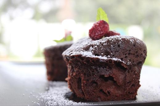 Espolvorear con azúcar glás y decorar con frutos rojos y hojas de menta.